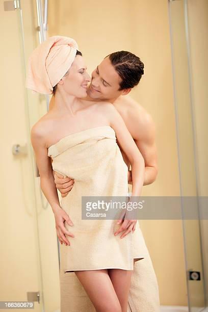 casal jovem em casa de banho - casal chuveiro imagens e fotografias de stock