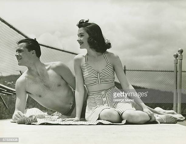 Junges Paar in beachwear Entspannen im Freien (B & W