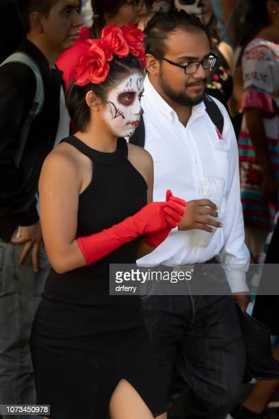 Jeune Couple en noir et rouge sur le Día de los Muertos, Oaxaca