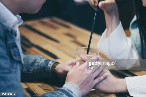 カフェの若いカップル