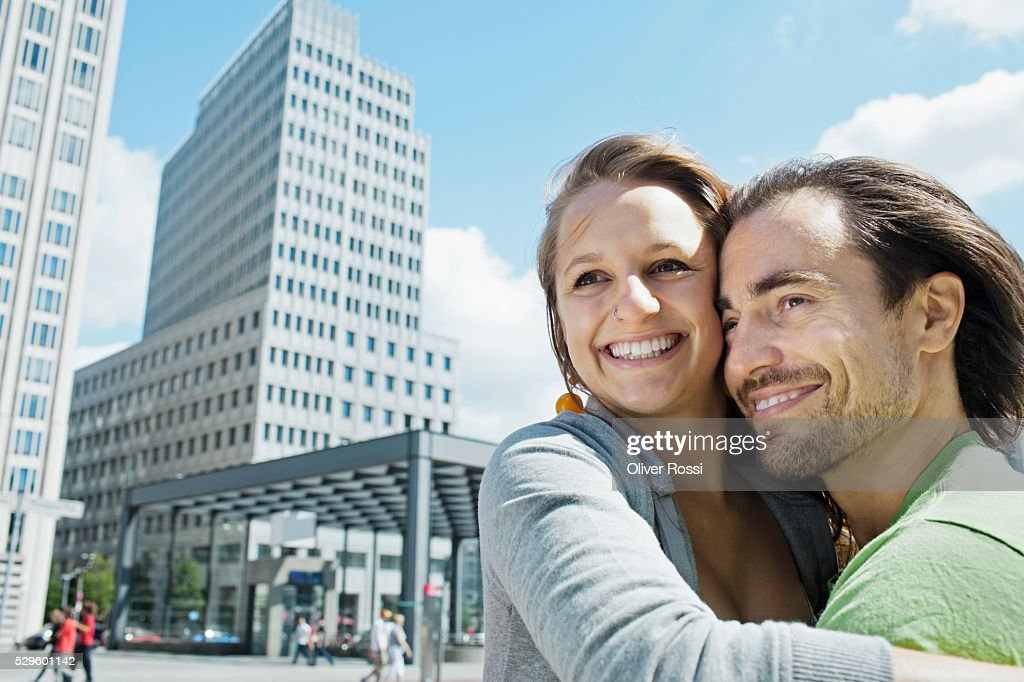 Young couple in city : Stockfoto