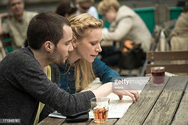 若いカップルのコーヒーバー