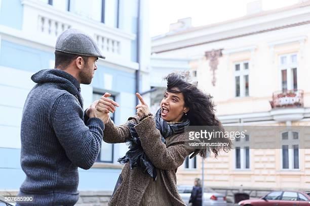 若いカップルの紛争を ストリート