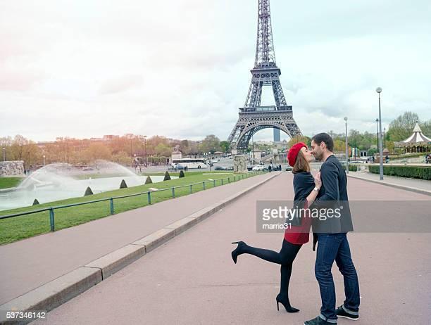 Jeune couple dans l'amour sur la tour Eiffel