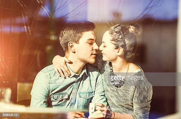 Jeune couple amoureux au café