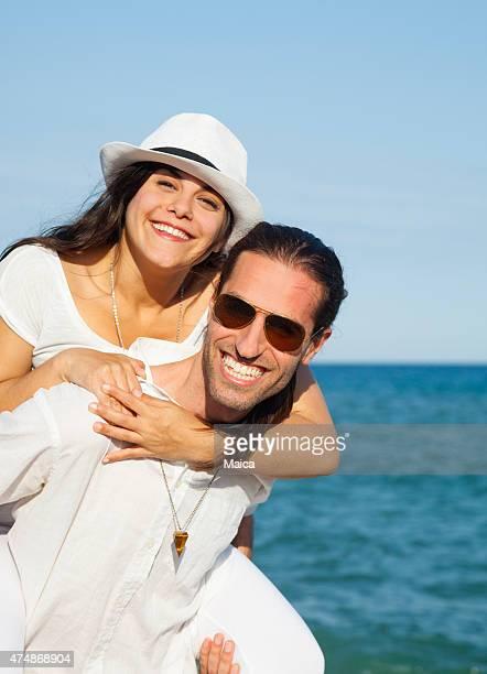 Junges Paar in Liebe Genießen Sie die Feiertage