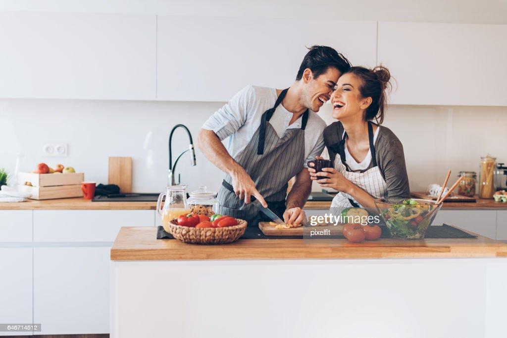 Casal jovem em amor na cozinha : Foto de stock