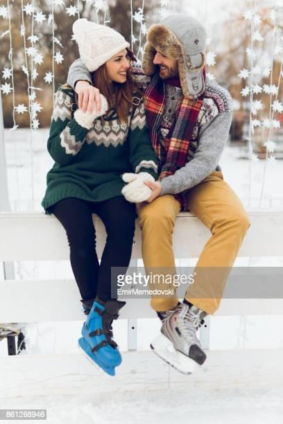 Junges Paar in Liebe ist Skaten Wintertag genießen.