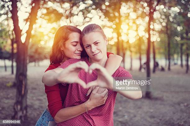 jeune couple dans l'amour  - ados lesbiennes en couple photos et images de collection