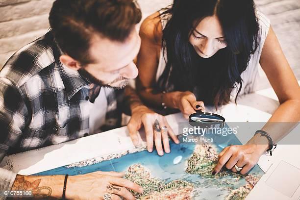 young couple in love planning a trip - estrada da vida - fotografias e filmes do acervo