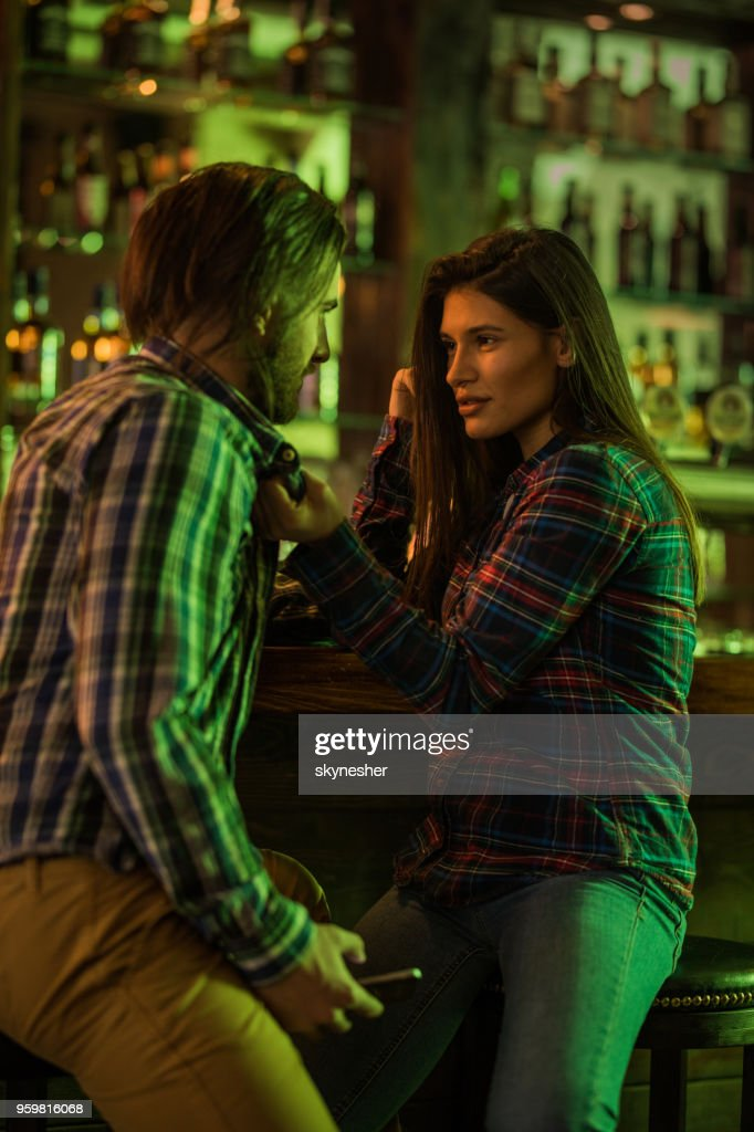 Junges Paar in Liebe miteinander zu reden, in einer Kneipe. : Stock-Foto