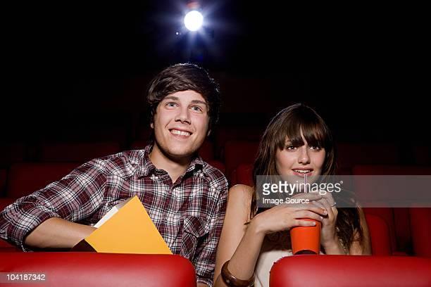 Pareja joven en cine