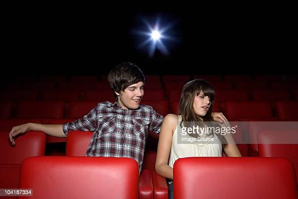 若いカップルの映画館、女性探しの距離 - 嫌悪感 ストックフォトと画像
