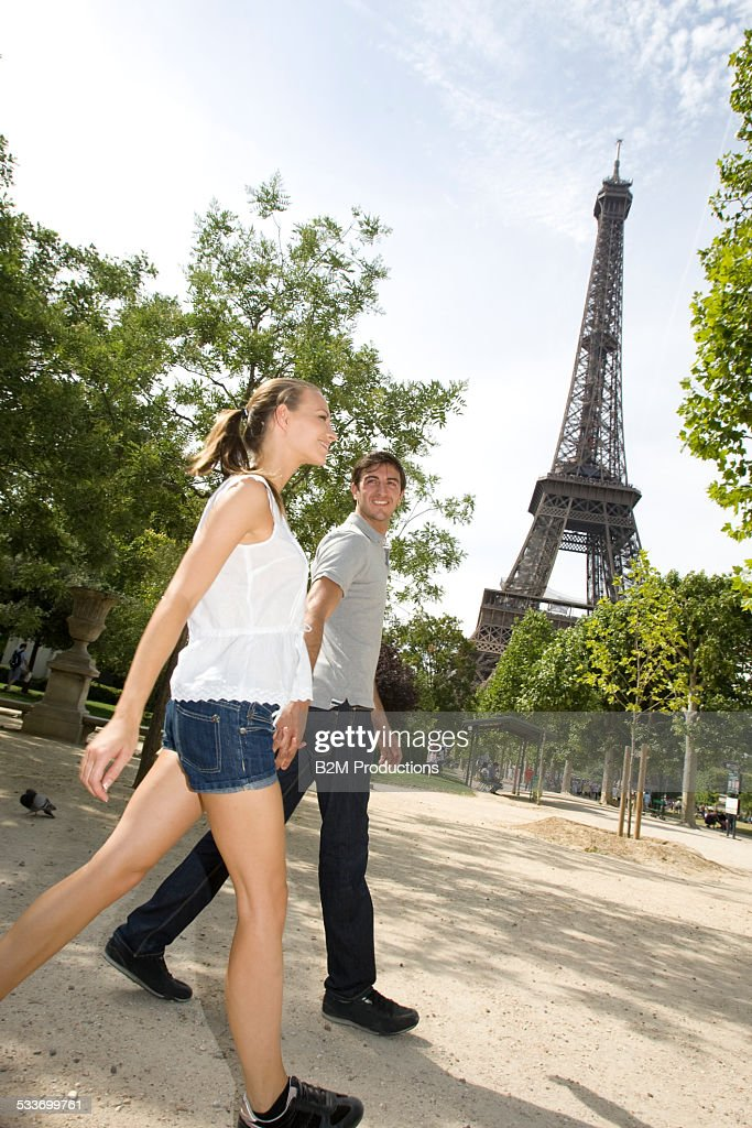 Young couple in Paris : Foto stock