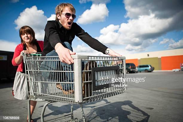 Jeune Couple avec panier de course