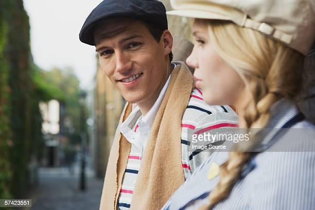 young couple in street - boina masculina - fotografias e filmes do acervo