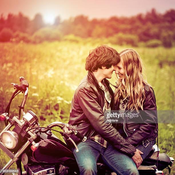 Junges Paar im Sonnenuntergang