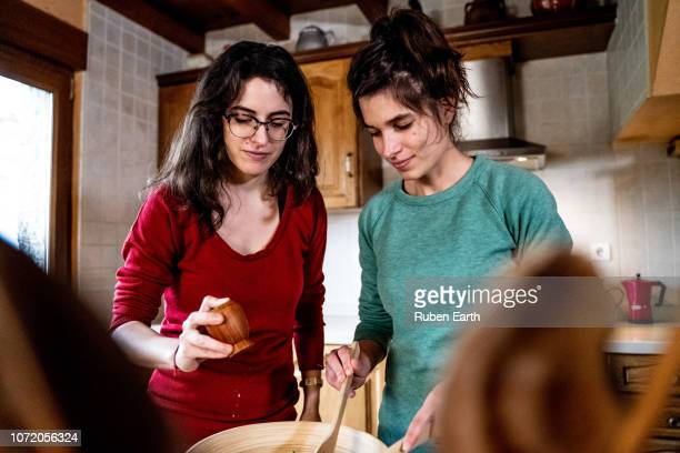 young couple in the kitchen cooking together - sal de cozinha - fotografias e filmes do acervo