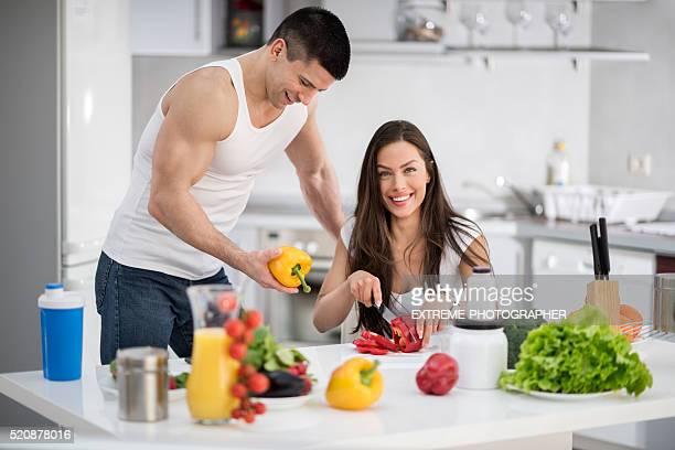 若いカップルのキッチン