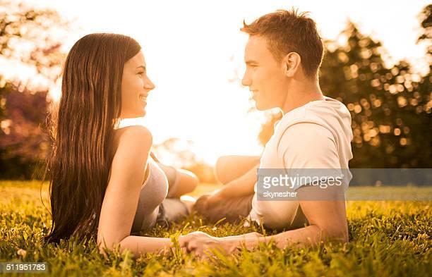 Junges Paar in der Natur im Sonnenuntergang.