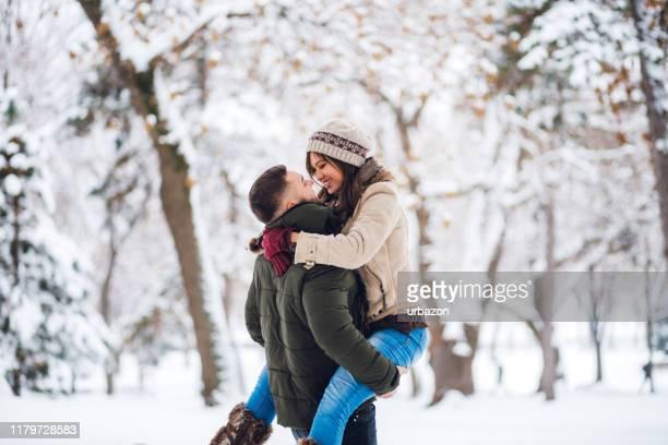 junges paar im schnee - romantik stock-fotos und bilder