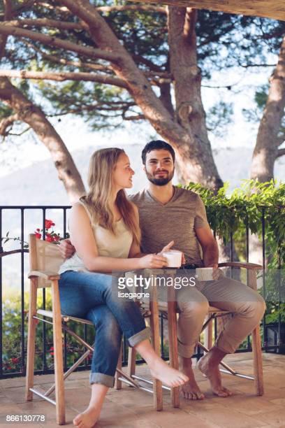 Joven pareja en vacaciones