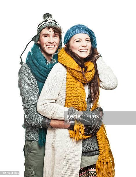 Jeune couple en vêtements d'hiver