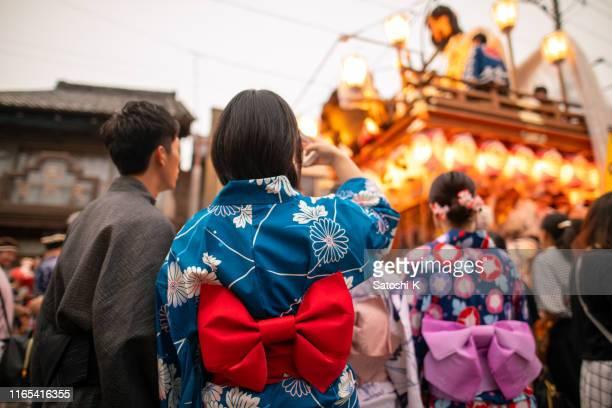 祭りのパレードの写真を撮る浴衣の若いカップル - 千葉県 ストックフォトと画像