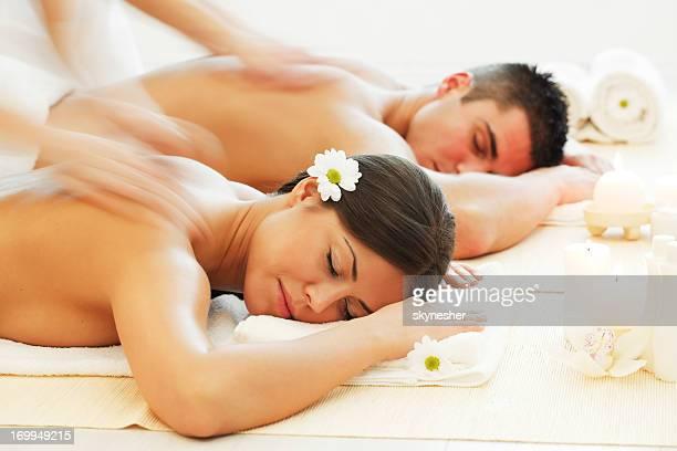 Jeune couple se reposer au centre de spa.