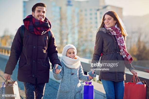 Jong koppel loopt op straat na het winkelen met Kerstmis