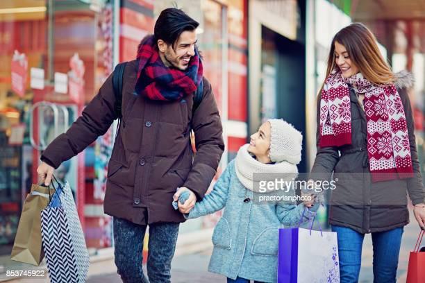 Junges Paar ist Fuß auf der Straße zu Weihnachten
