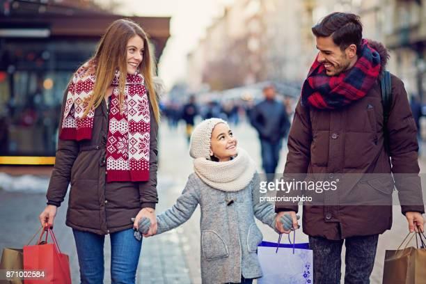 Jong koppel loopt op straat met Kerstmis
