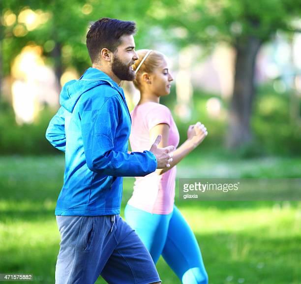Jeune couple jogging dans le parc.