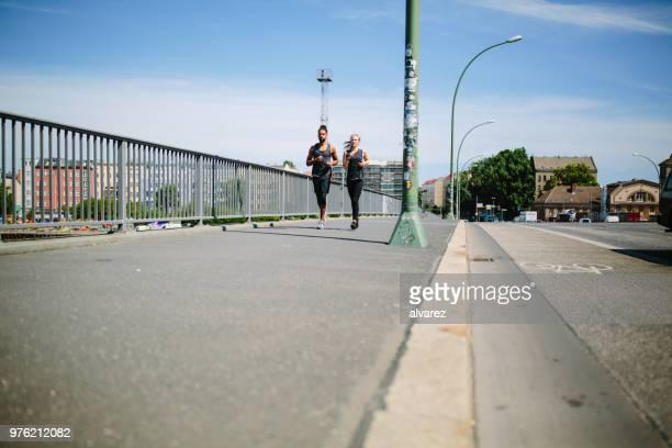 Junges Paar jogging in der Stadt
