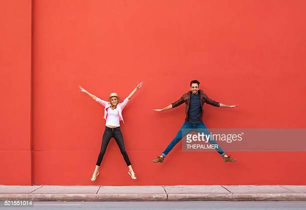 Junges Paar springen für Spaß