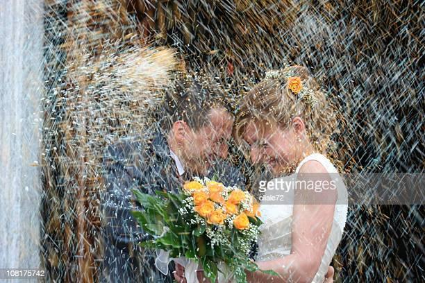 young couple just married, wedding day - trouwceremonie stockfoto's en -beelden