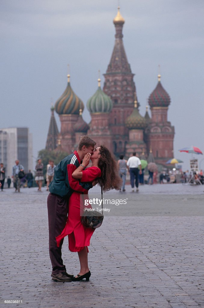 Couple Kissing in Red Square : News Photo
