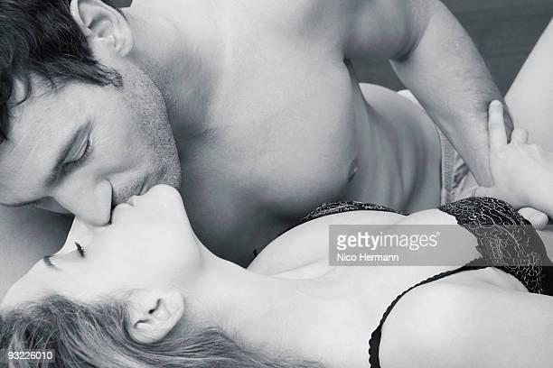 young couple kissing, close-up - romantisme photos et images de collection