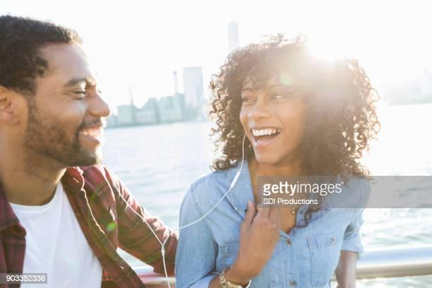 Junges Paar hören zusammen Musik