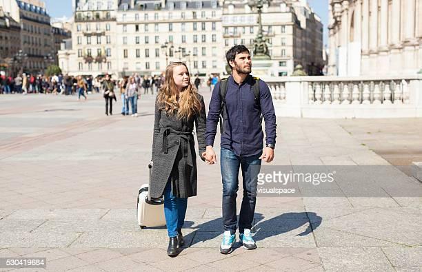 jeune couple à la recherche dans des indications dans une nouvelle ville - capitales internationales photos et images de collection