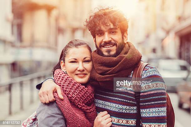 Jeune couple regardant l'objectif