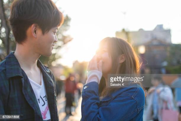 若いカップル、イベントでお互いを見ています。