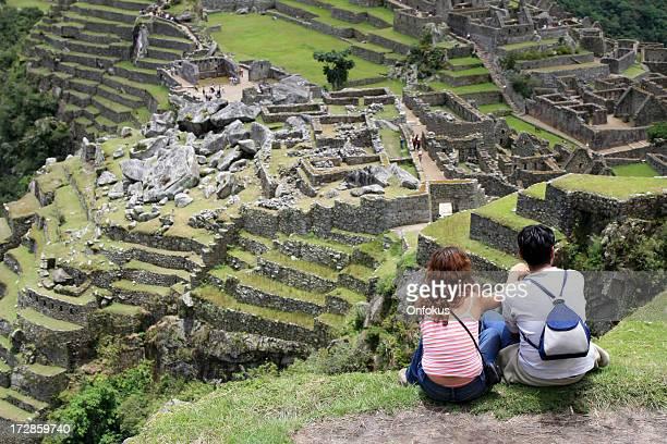 Pareja joven mirando al Machu Picchu, Perú