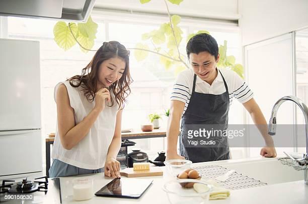 若いカップルを見ているのレシピをデジタルタブレット