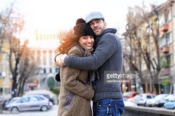 Junges Paar in Liebe Genießen Sie den wind