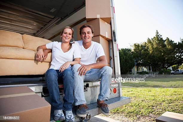 Jeune couple se déplacer house, prenant une pause