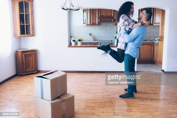 Junges Paar Umzug in neue Wohnung
