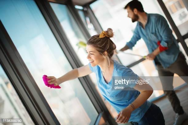 junges paar zieht zusammen ein. - reinigungskraft stock-fotos und bilder