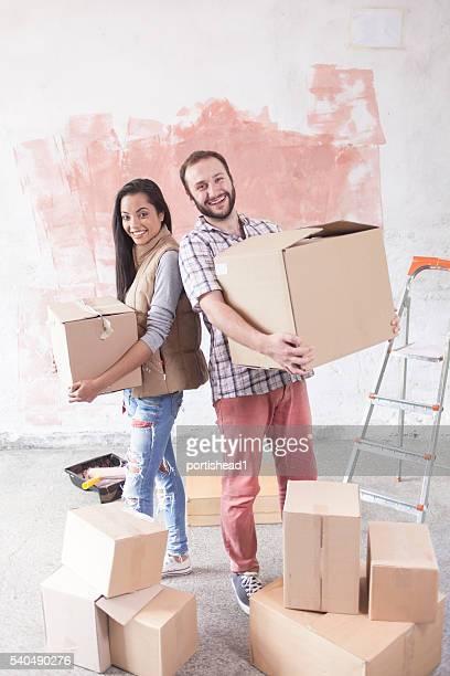 Jeune couple passer à nouveau chez-vous