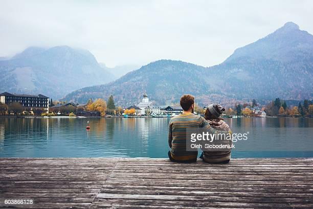 Junges Paar in der Nähe von dem See